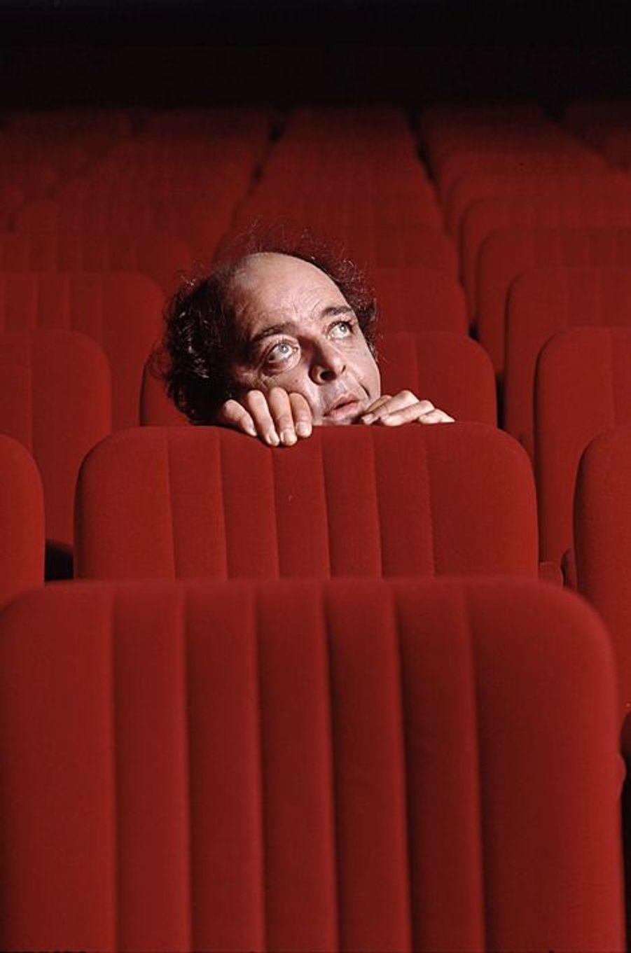 """Jacques Villeret pose dans les fauteuils du théâtre Fontaine à Paris, ou il joue la pièce """"Jeffrey Bernard est souffrant"""", novembre 2000"""