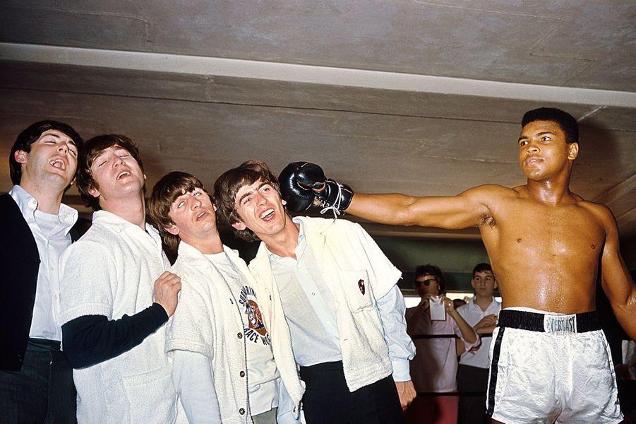Les Beatles en tournée rencontrent Cassius Clay, futur Mohammed Ali, qui prépare son combat contre Sonny Liston, à Miami, le 18 février 1964