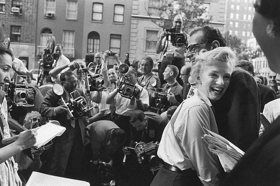 Marilyn Monroe et Arthur Miller, tout sourire, annoncent leur mariage proche lors d'une conférence de presse devant leur domicile de Sutton Place,...