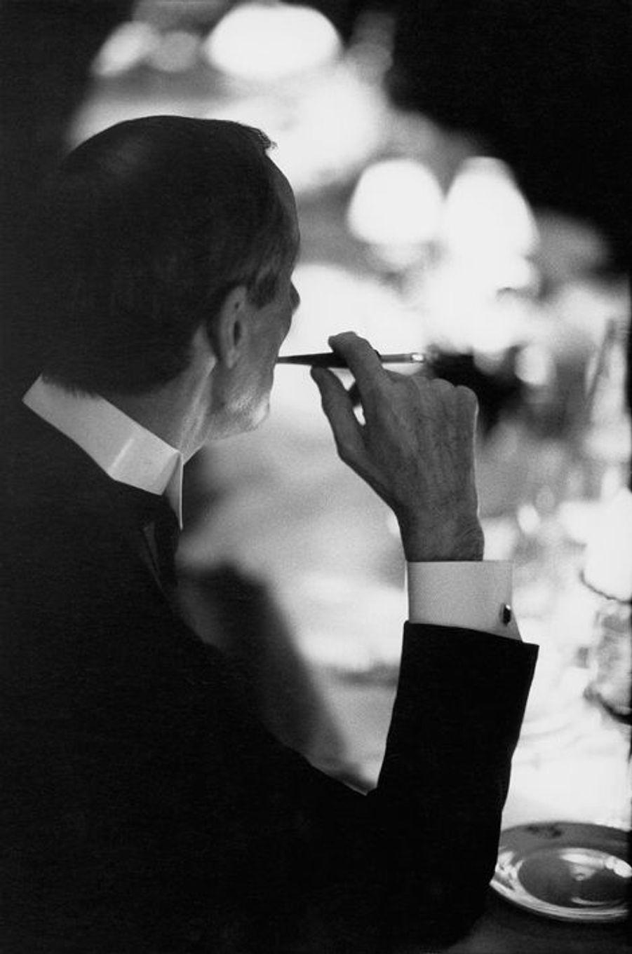 """Portrait d'un inconnu lors d'un dîner chez Maxim's pour fêter le succès de la pièce de Bernard Slade """"La fille sur la banquette arrière"""", févr..."""