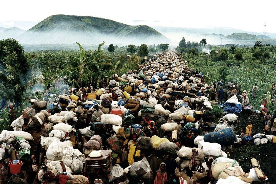 Réfugiés au Zaire après les crimes commis sur les tutsis en 1994, des milliers de Hutus doivent quitter le pays pour rentrer chez eux, au Rwanda,...