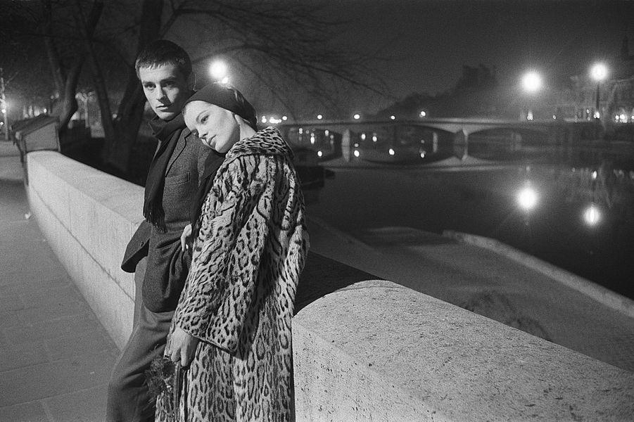 """Romy Schneider et Alain Delon sur les quais de Seine, après la représentation de la pièce """"Dommage qu'elle soit une p..."""", mise en scène par Luc..."""