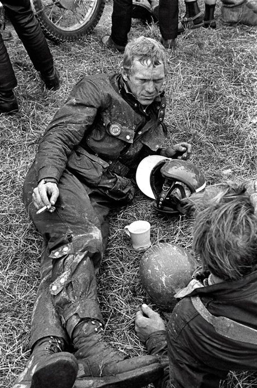 Steve McQueen participe aux 6 jours d'Erfurt lors du championnat du monde de motocross en Septembre 1964