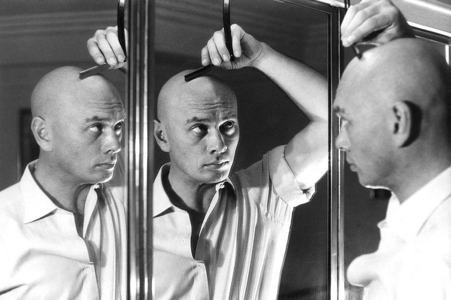 Yul Brynner alors âgé de 36 ans se rase le crâne 3 fois par semaine, Paris, janvier 1957