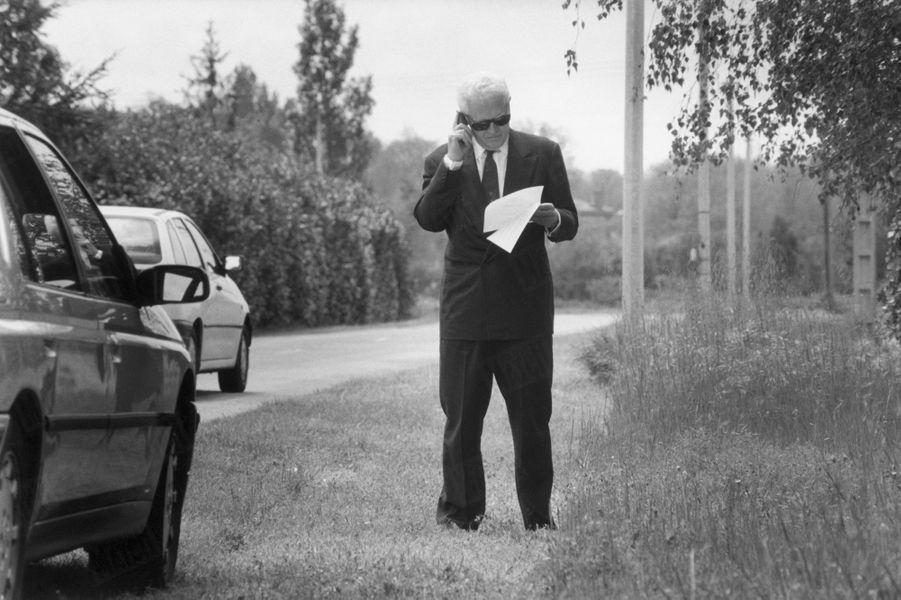 Le premier ministre Lionel Jospin s'arrête sur le bord de la route qui le mène à Gaillac-Toulza, pour appeler son directeur de cabinet, 1er mai 1998.