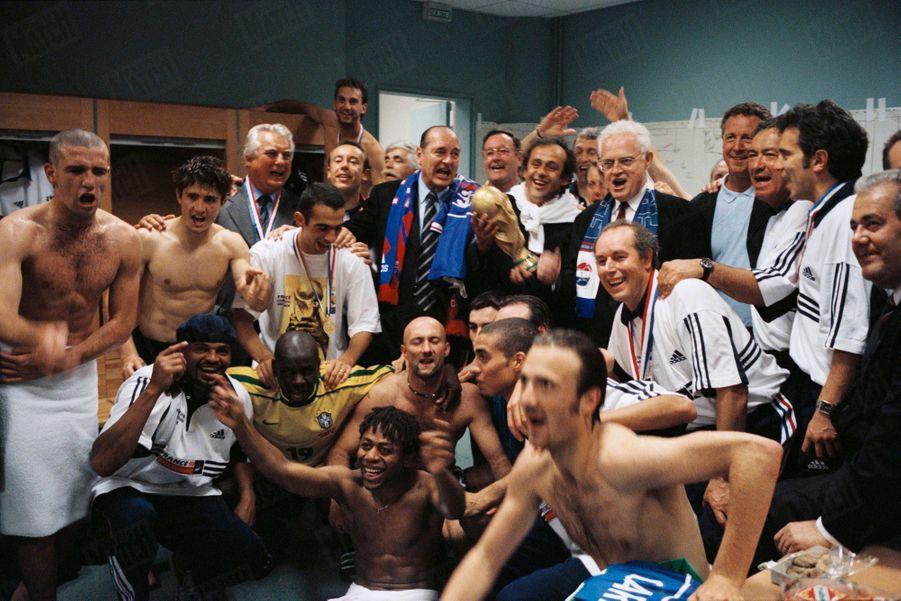 Coupe du monde de football France 1998 : les joueurs fêtant leur victoire contre le Brésil en chantant dans les vestiaires avec le Président de la République Jacques Chirac et le Premier ministre Lionel Jospin, le 12 juillet 1998.