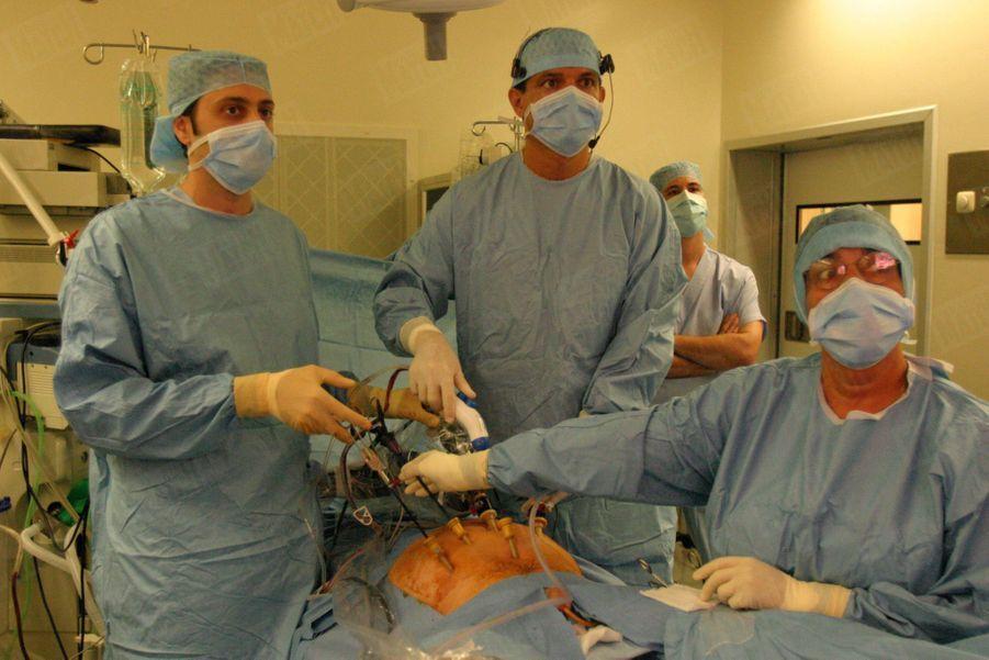 L'équipe chirurgicale de l'Institut mutualiste Montsouris procédant, sous la direction du docteur Xavier Cathelineau (au centre), à une ablation de la prostate par voie coelioscopique, le 3 septembre 2004.