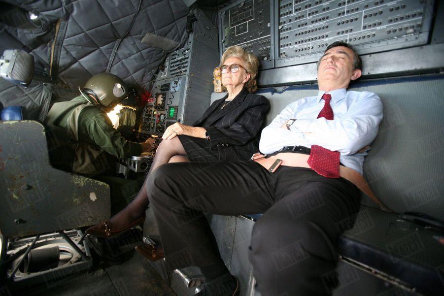 Voyage de Bernadette Chirac à Kaboul en Afghanistan pour inaugurer l'Institut médical français pour l'enfant, le 7 avril 2006. La première Dame à bord d'un avion militaire aux côtés de Philippe Douste-Blazy, alors Ministre des Affaires étrangères.