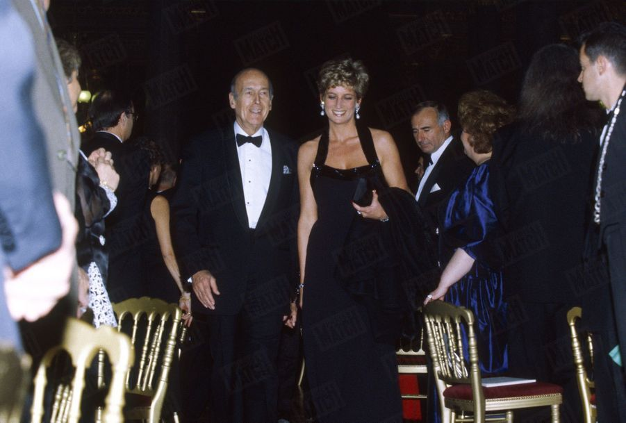Lady Di invitée par Anne-Aymone Giscard d'Estaing préside le dîner de gala de la fondation pour l'enfance, est reçue à l'Opéra de Versailles par Valéry Giscard d'Estaing, le 28 novembre 1994.