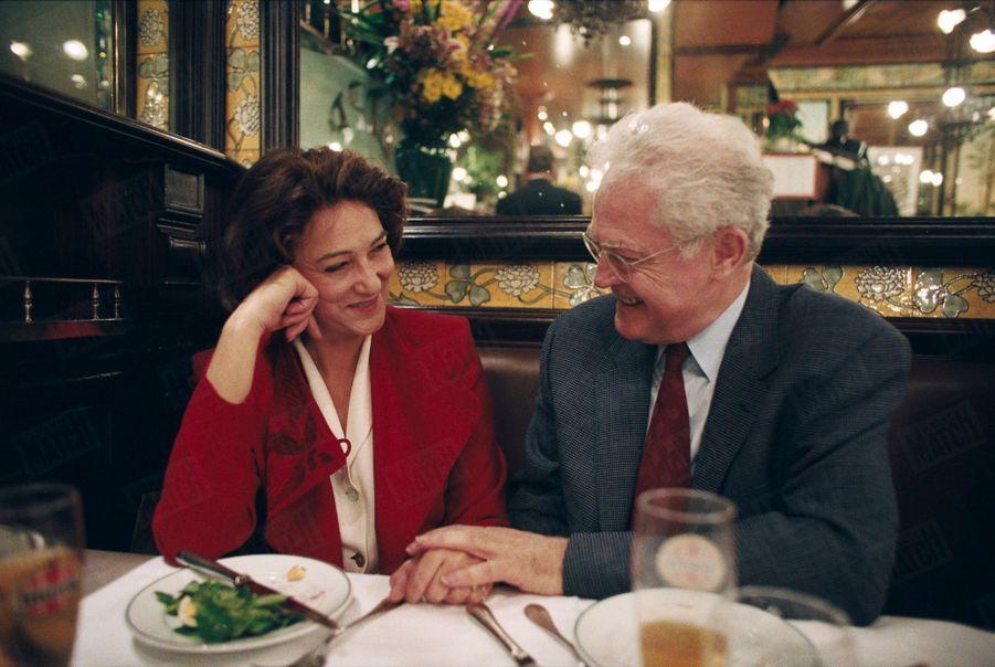 """Lionel Jospin et son épouse Sylviane dînent à la brasserie """"Lipp"""" à Paris, le 2 avril 1995."""