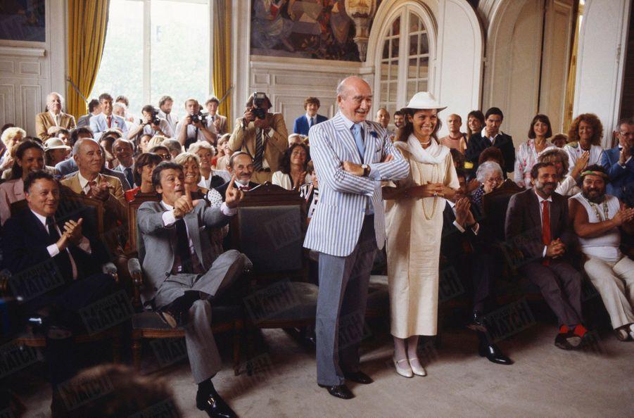 Le septième mariage d'Eddie Barclay avec Cathy Esposito,le 14 juin 1984. Dans la salle de la mairie deNeuilly, le couple entouré de ses témoins, Philippe Bouvard, Alain Delon, Jean Yanne et Carlos.