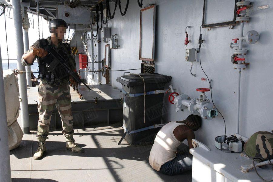 """En plein océan indien, le """"Nivôse"""", une frégate française, déjoue une attaque de pirates somaliens, le 3 mai 2009."""