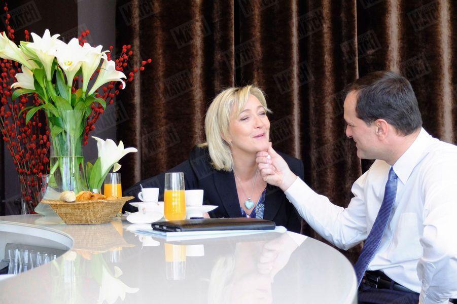 Marine Le Pen et son compagnon Louis Aliot, qui est aussi son directeur de campagne pour l'élection présidentielle 2012, prennent le petit déjeuner dans leur hôtel, avant le grand meeting de la candidate FN au Palais des congrès de Lille, le 19 Février 2012.