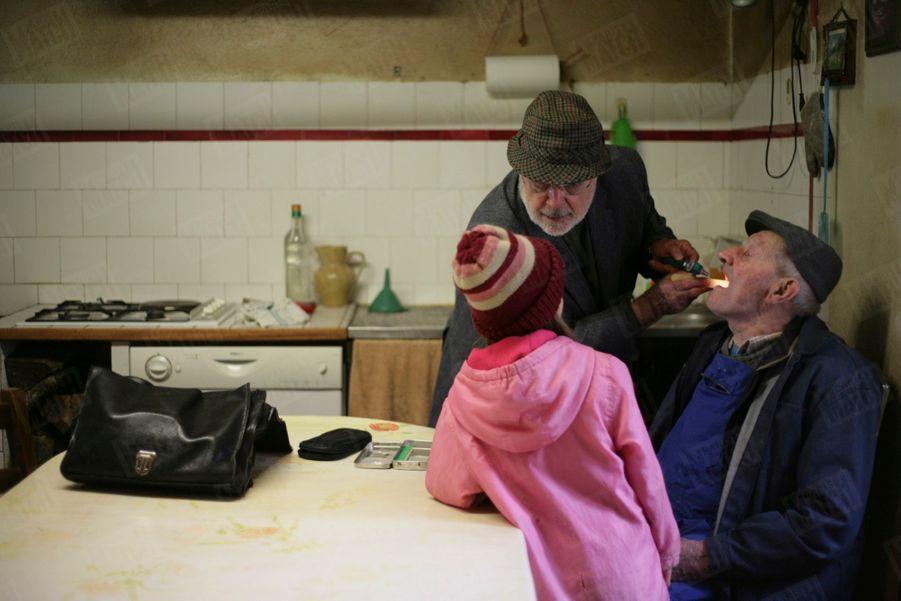 Trente ans après le reportage sur la vie d'un médecin de campagne qui lui était consacré, Paris Match et Patrick Bruche avait retrouvé le docteur Georges Vieilledent. Ce 31 octobre 2012, le médecin, installé à Saugues en Haute-Loire, effectuait l'une de ses dernières visites à domicile avant de partir à la retraite à 73 ans, sans avoir trouvé de remplaçant.