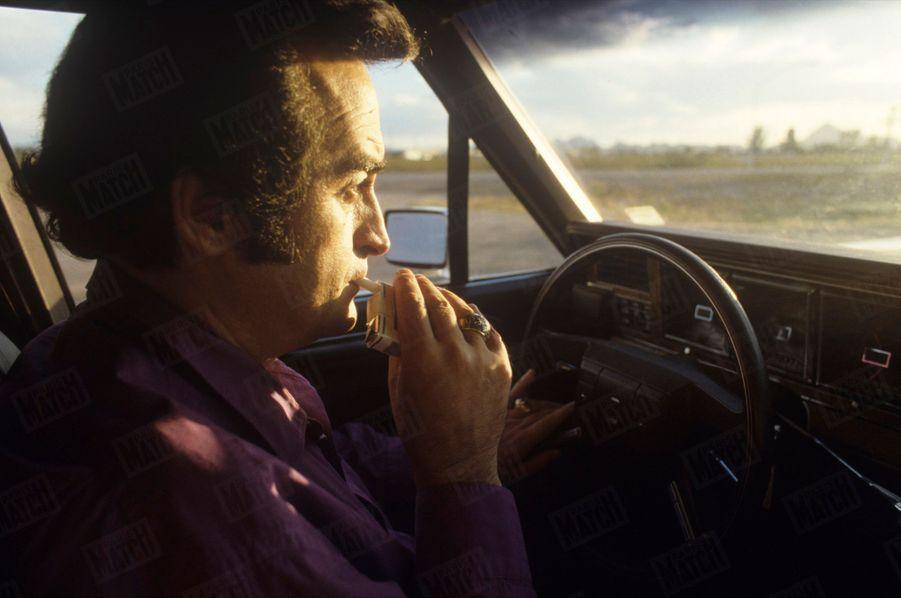 Dick Rivers au volant d'une Chevrolet, sur une route d'Arizona, le 24 juillet 1987.