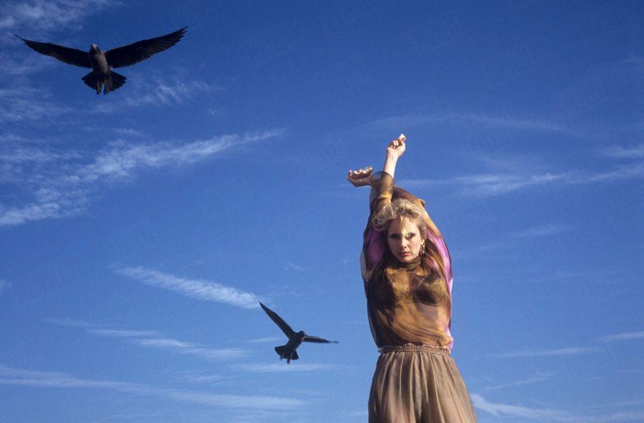 Rosanna Arquette sur la plage de Malibu en Californie, le 21 octobre 1991.