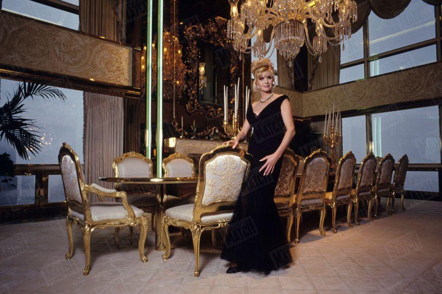 Ivana Trump, première épouse (1977-1992) de l'actuel président américain Donald Trump. L'ancienne mannequin pose dans leur appartement de la Trump Tower à New-York, en janvier 1993.