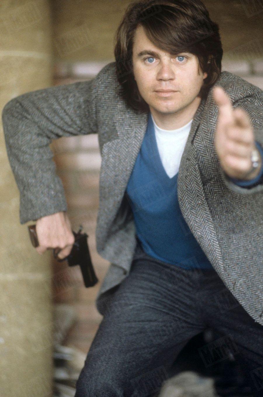 L'avocat Gilbert Collard dégainant un revolver, le 20 mars 1983.