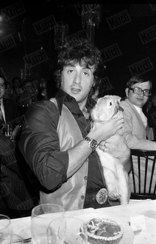 Sylvester Stallone portant un lapin dans ses bras au cabaret le Paradis Latin, à Paris, le 16 janvier 1979.