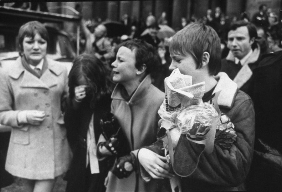 Des admiratrices en pleurs, devant la mairie londonienne de Marylebone, lors dumariage de Paul et Linda McCartney, le 12 mars 1969.