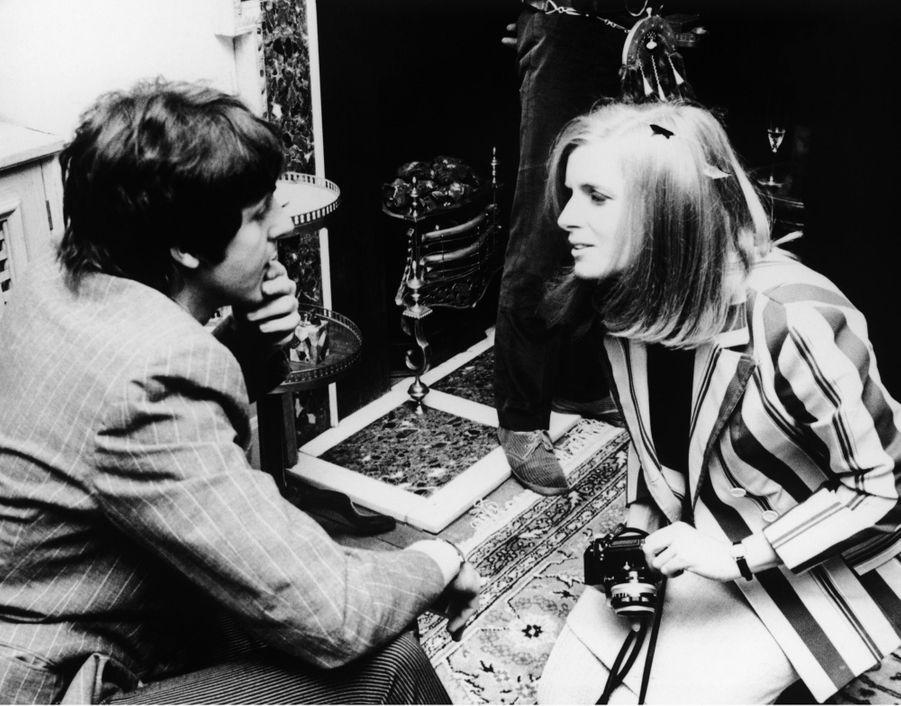 """Linda Eastman discute avec Paul McCartney, lors de la presentation pour la presse de l'album des Beatles, """"Sgt Pepper's Lonely Hearts Club Band"""", le 19 mai 1967.Le couple s'est marié deux ans plus tard."""
