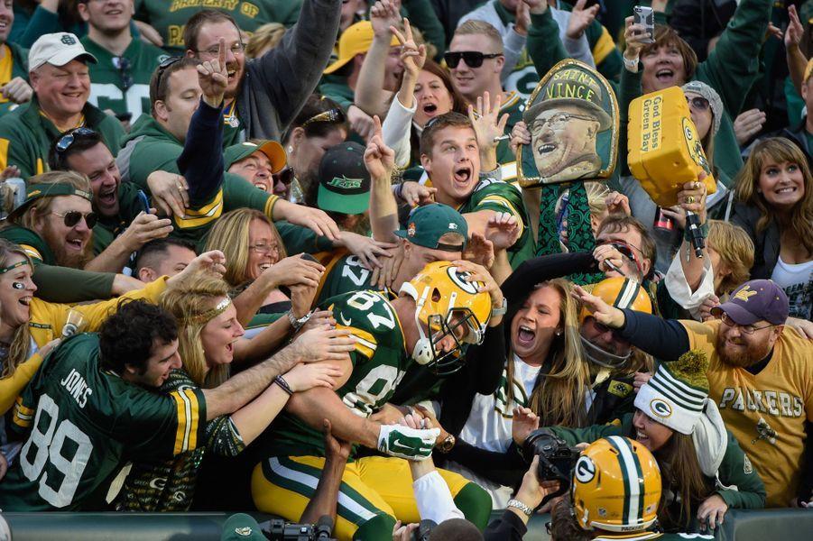 Pour ce joueur des Packers de Green Bay, il n'y a pas que le terrain qui est risqué, il y a aussi les tribunes du public.
