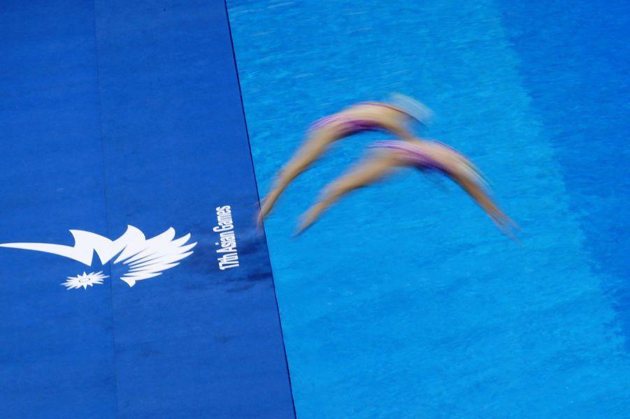 L'équipe de natation synchronisée de Macao (Chine) brille lors des Jeux asiatiques.