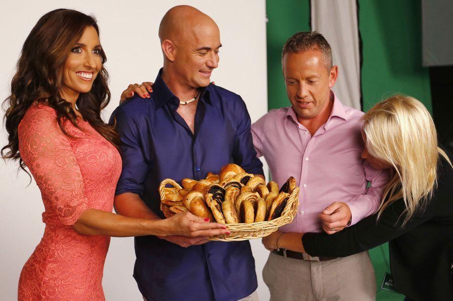 André Agassi est désormais le nouveau visage d'une marque de produits diététiques, lancée par Norbert Schobert, gourou du fitness, en photo également ainsi que sa femme.