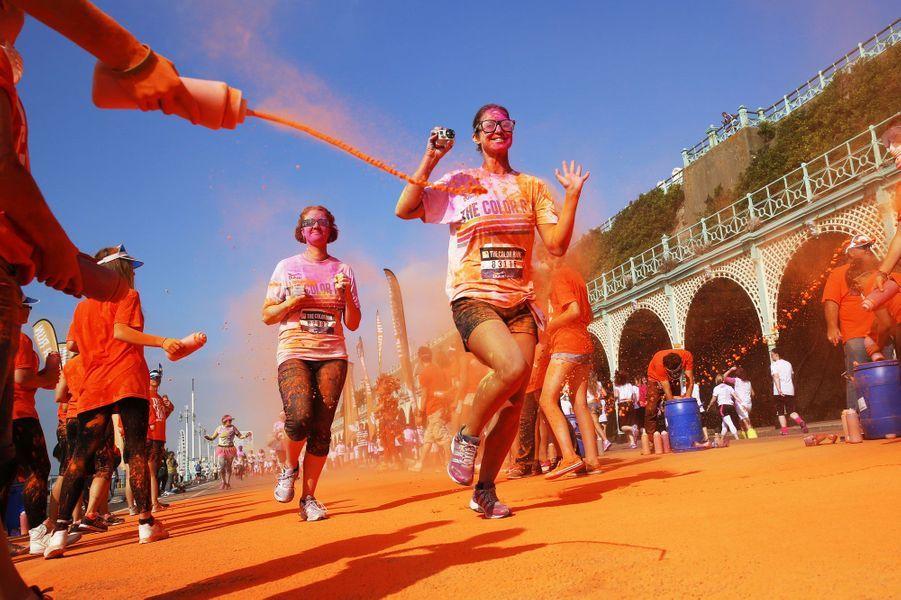 Ces sportifs participent à la course des couleurs à Brighton (Angleterre). Cette course de cinq kilomètres est inspirée de Holi, festival des couleurs en Inde.