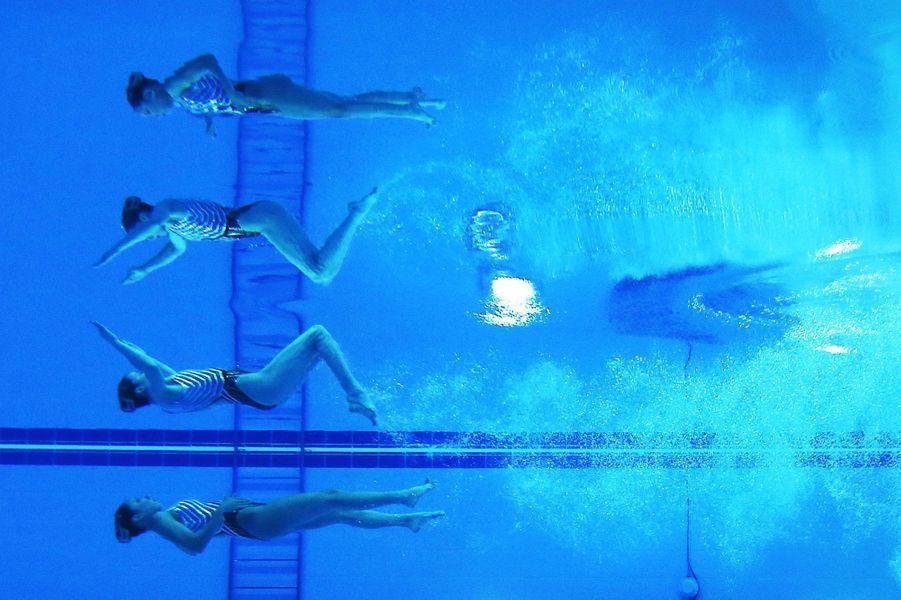 Belle performance de l'équipe japonaise de natation synchronisée aux Jeux asiatiques.