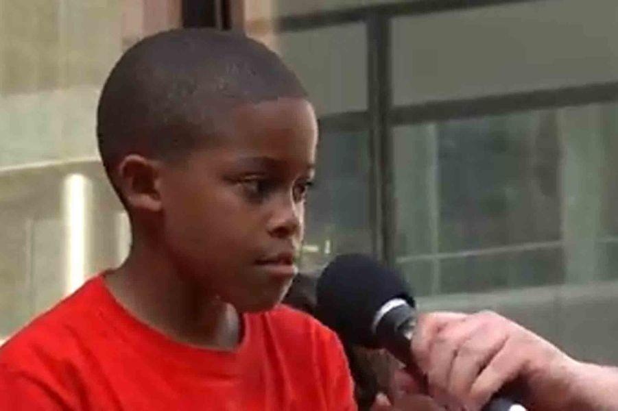 A seulement 9 ans, Asean Johnson s'est mobilisé pour la défense de l'enseignement public lors d'une manifestation contre la fermeture de 50 écoles dans l'Illinois. «Vous devriez investir dans ces écoles et non les fermer (…) Vous détruisez notre éducation», s'est-il emporté lors d'un discours remarqué, laissant échapper quelques larmes sur ses joues. L'intervention d'Asean a fait le buzz et son discours a été vu par de nombreux internautes. L'école qu'il défendait est finalement restée ouverte.