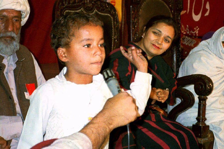 A l'âge de 4 ans, Iqbal Masih est vendu par ses parents à un fabricant de tapis pour seulement 12 dollars. Le petit Pakistanais est exploité douze heures par jour et enchaîné. Six ans plus tard, il trouve la force de se libérer, aidé d'un avocat et d'une association humanitaire. Il devient alors un symbole mondialement connu de la lutte contre le travail des mineurs. «N'achetez pas le sang des enfants!» , clamait-il. Il a été assassiné le 16 avril 1995 alors qu'il se promenait à vélo dans son village de Muridke avec deux amis.