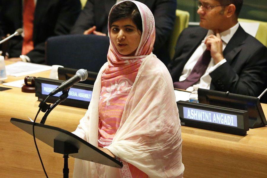 Malala Yousafzai est favorite pour le prix Nobel de la Paix, qui sera décerné vendredi. La jeune Pakistanaise s'est fait connaître en 2009, à tout juste 11 ans, en publiant son journal sur le site de la BBC. Elle y racontait les pressions et les exactions des talibans qui bombardaient les écoles et empêchaient l'éducation des filles. Ses écrits indignés l'ont rendue populaire. Elle est devenue une menace pour les extrémistes qui, en 2012, ont attaqué son bus et tenté de l'assassiner. Soignée au Royaume-Uni, elle y réside désormais et y est scolarisée. Plus tard, elle veut se lancer dans la politique pour «changer l'avenir de son pays et rendre l'éducation obligatoire».