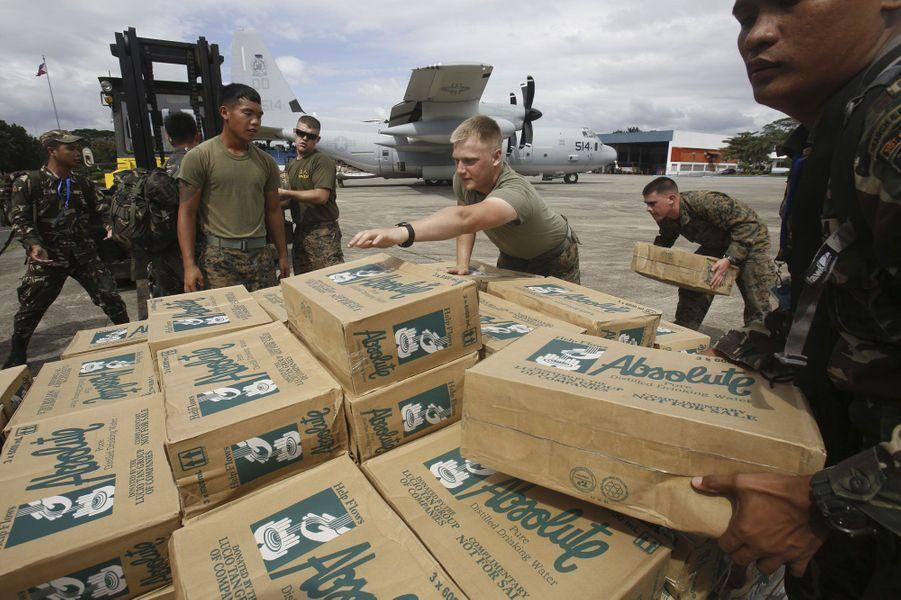 A la base de Manille, ces militaires philippins et américains préparent des vivres pour les rescapés en détresse.
