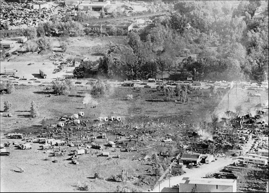 « C'est ici, au milieu de ce vaste terrain, l'ancien aéroport de Ravenswood, que le DC 10 s'est écrasé. En haut: le bout de la piste 32 R. Il s'en est fallu de peu que l'appareil s'écrase sur le village de caravanes au premier plan (en bas de la photo). Des citernes à essence jouxtant ce village, l'explosion du DC 10 aurait été multipliée par dix et le nombre des morts considérable. » - Paris Match n°1567, 8 juin 1979