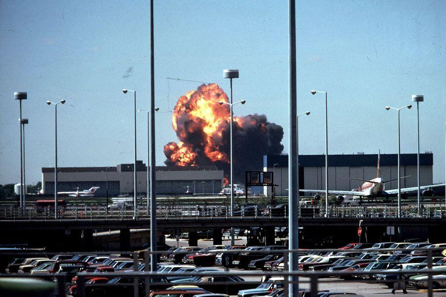 « Photographie de même par Michael Laughlin, l'explosion, la boule de feu qui monte à l'autre bout de l'aéroport. Les 273 victimes sont transformées en lumière et chaleur. » - Paris Match n°1567, 8 juin 1979