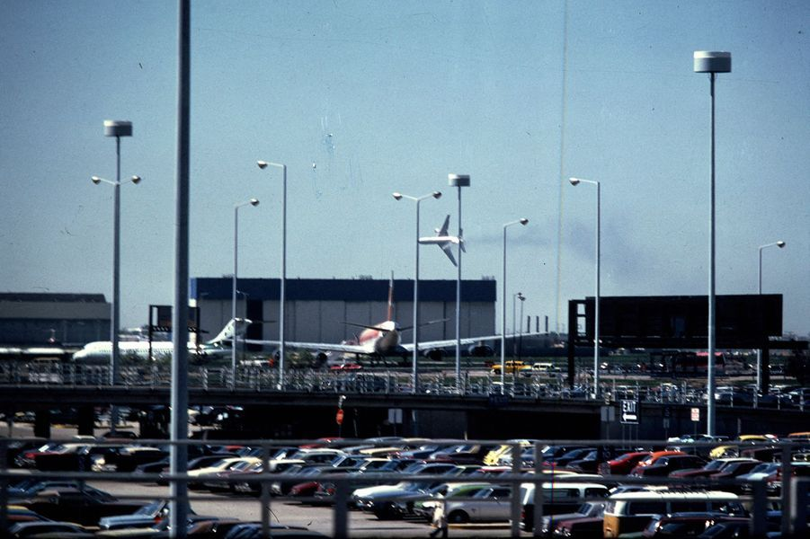 Cette photo est un document unique, le seul dont disposent les enquêteurs. Elle a été prise par un élève pilote, Michael Laughlin, au moment même où le DC-10 de la Compagnie American Airlines, vol 191, allait s'écraser à la limite de l'aéroport de Chicago, sur le vieux terrain d'aviation de Ravenswood. Il est 15 heures et quelques minutes.