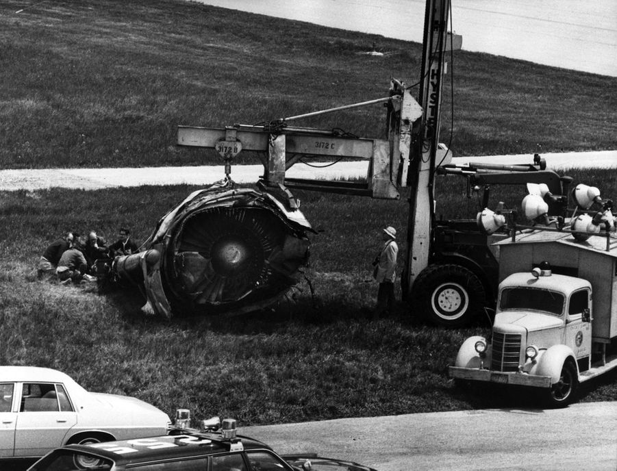 « Le réacteur de l'aile gauche retrouvé intact sur la piste 32 R. » - Paris Match n°1567, 8 juin 1979