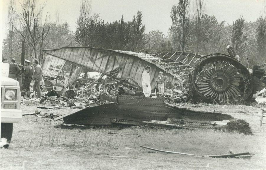 « Les débris de l'appareil. La force de l'incendie a été telle que le métal de la carlingue a fondu. » - Paris Match n°1567, 8 juin 1979