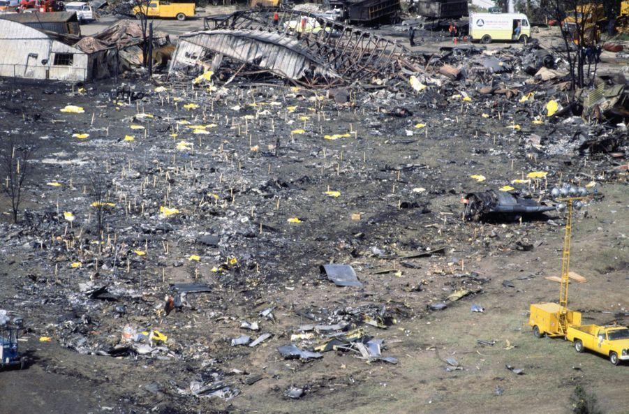 « Les pompiers ont planté des repères jaunes, rouges et noirs pour indiquer la présence de restes humains éparpillés et méconnaissables. » - Paris Match n°1567, 8 juin 1979