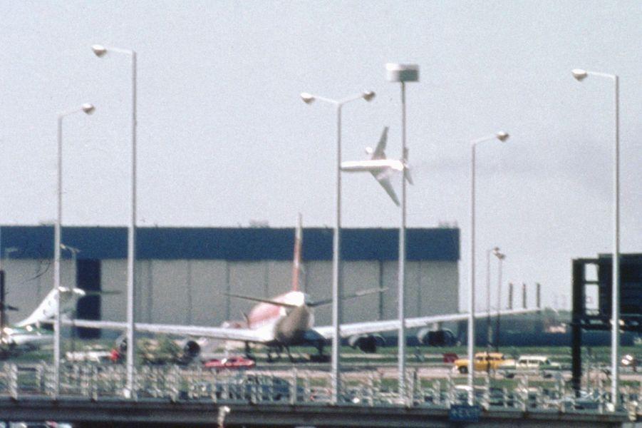 « Cette photo extraordinaire a été prise par l'élève pilote Michael Laughlin, 24 ans, alors qu'il allait photographier un autre avion. 'J'ai pris ce cliché comme dans un cauchemar, dit-il. J'ai vu que le DC 10 qui venait de décoller perdait un moteur et lâchait une longue traînée de fumée'». - Paris Match n°1567, 8 juin 1979