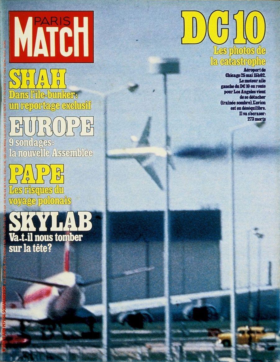 « Aéroport de Chicago, 25 mai, 15h02 Le moteur aile gauche du DC 10 en route pour Los Angeles vient de se détacher (trainée sombre). L'avion est en déséquilibre. Il va s'écraser : 273 morts.» - Paris Match n°1567, 8 juin 1979