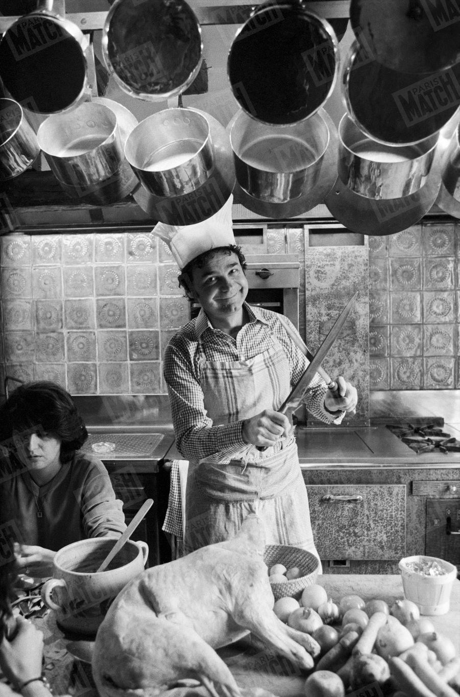 """""""Bon vivant, Pierre Perret adore cuisiner en famille : Simone et les enfants font la corvée de « pluche » dans la bonne humeur."""" - Paris Match n°1555, 13 mars 1979"""