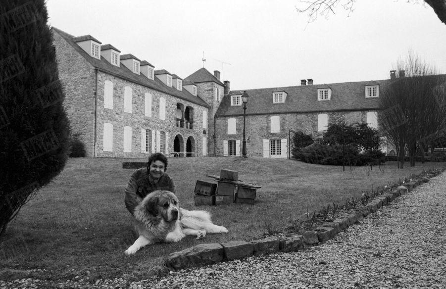 Pierre Perret devant sa maison de Nangis, en février 1979.