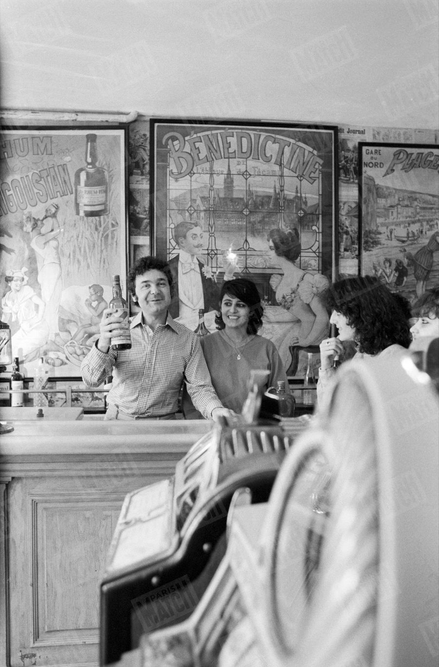 """""""Les trois sujets de fierté de Pierre Perret : ses moutons, son billard français et son « zinc » authentique."""" - Paris Match n°1555, 13 mars 1979"""