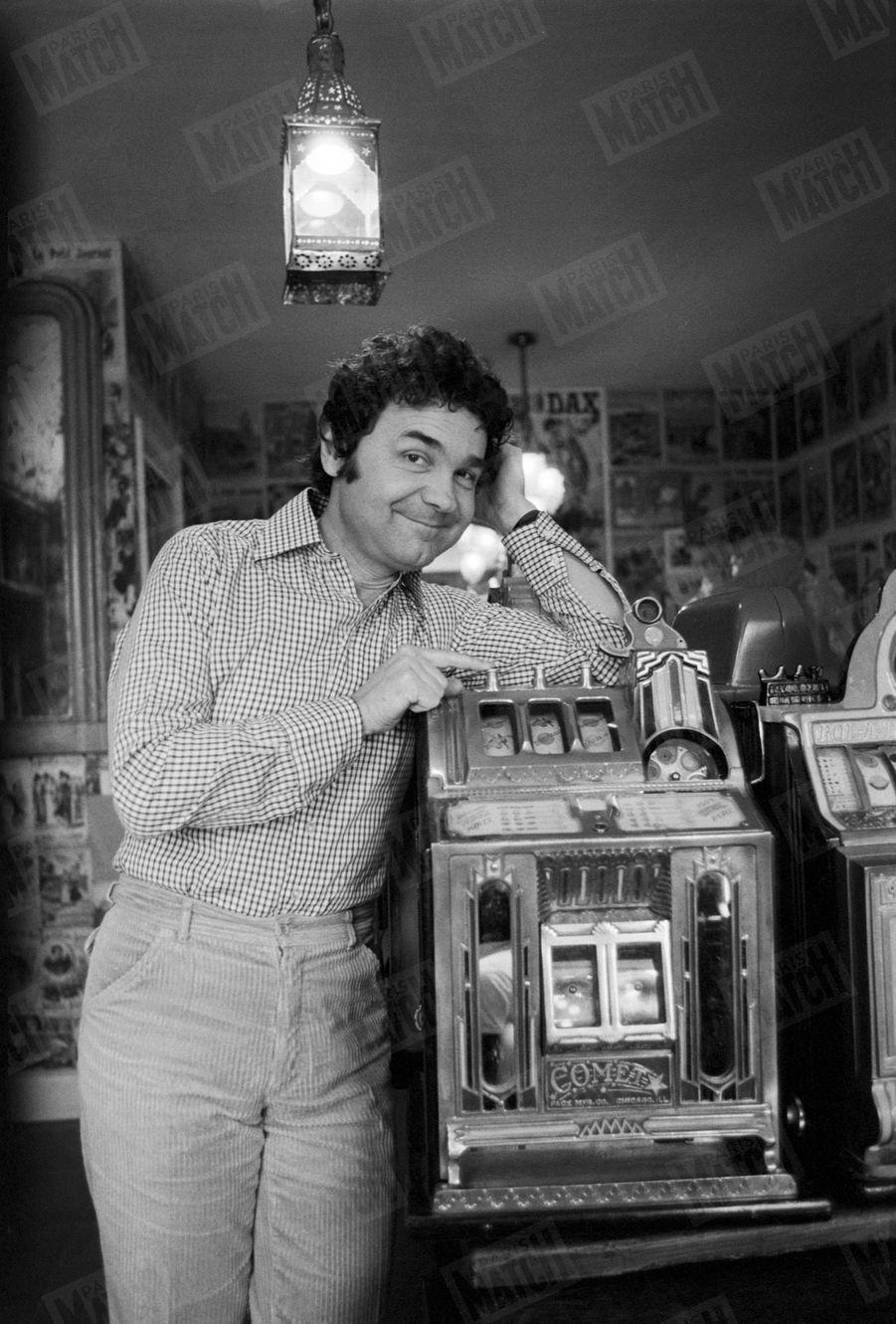 Pierre Perret dans sa maison de Nangis, en février 1979.