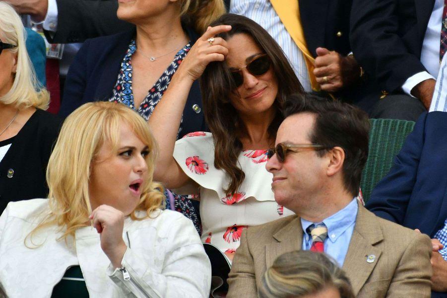 Juste devant Pippa Middleton dans les tribunes de Wimbledon, l'actrice Rebel Wilson