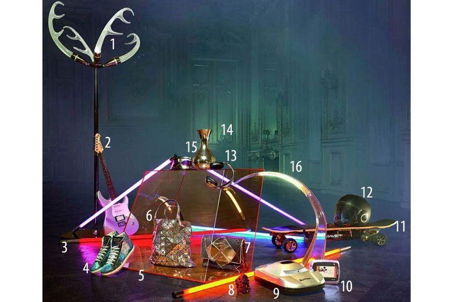 15 6 1. Lampadaire « Icelite », cristal et acier inoxydable, hauteur 210 cm, Fendi Casa, prix sur demande. 2. Guitare électrique « Pacifica », Yamaha, 293 €. 3. Néons, 230 volts, Bazar de l'Electricité, à partir de 123 €. 4. Baskets en cuir imprimé « Galaxie », American College, 139 €. 5. Table basse « Wireframe », design Piero Lissoni, en verre, hauteur 87 cm, The Conran Shop, 901 €. 6. Cabas en PVC argenté, Bao Bao Issey Miyake, 995 €. 7. Sac « Prismick » en drap de laine et cuir miroir, Roger Vivier, 2 300 €. 8. Manchette en résine et cristaux Swarovski, Gucci, 1 970 €. 9. Aspirateur robot sans sac, hauteur 13 cm, Persona Grata, 249 €. 10. Tablette « LeapPad 2 » à écran tactile 5 pouces, 16 activités et jeux inclus, lecteur de musique et appareil photo, LeapFrog, 89 € prix de vente conseillé. 11. Skateboard électrique, « Cruiser 600 W », Maverix by WarnerBros Consumer Products, 549 €. 12. Casque « Raw » en résine thermoplastique injectée, Shark, à partir de 219 €. 13. Casque audio « Aviator », Skullcandy, 159,99 €. 14. Carafe à vin, en argent miroir, L'Atelier du Vin, 86 €. 15. Masque « Astero Immortal » en métal et polyuréthanne, verres écran en polycarbonate, Parasite Design, 299 €. 16. Lampe « Taj », design Ferruccio Laviani, en PMMA, hauteur 58 cm, Kartell, 306 €.
