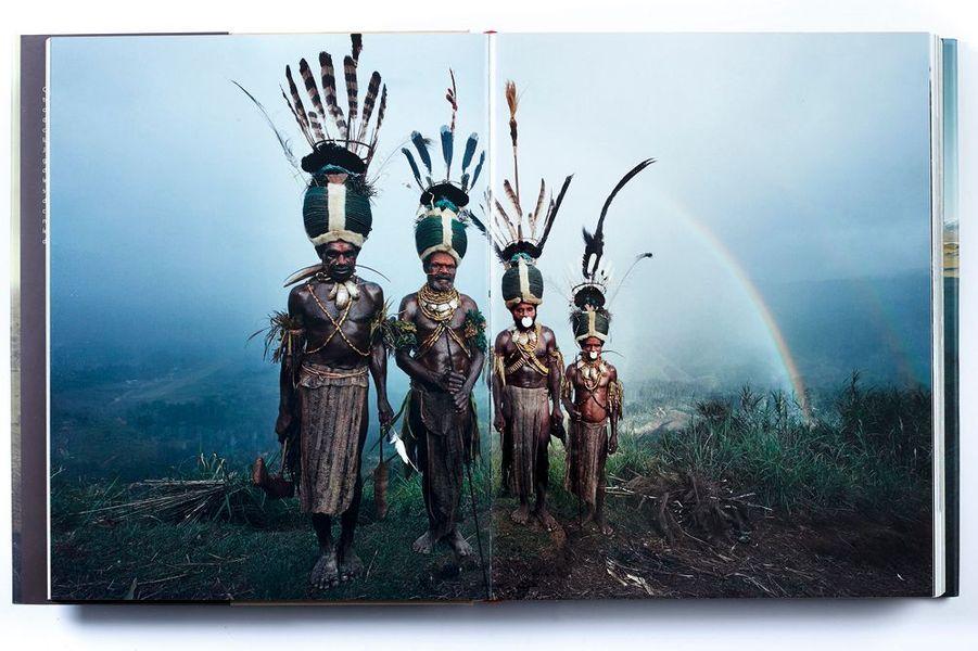 Jimmy Nelson a parcouru les cinq continents pour immortaliser leurs dernières ethnies. Sa quête de la beauté singulière des communautés nous offre une encyclopédie d'une telle majesté que cet idéaliste pourrait arriver à son but : que nous ne les oubliions jamais. « Les dernières ethnies », par Jimmy Nelson, éd. TeNeus, 128 euros.