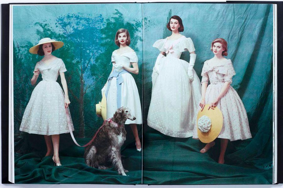 De 1952 à 1962, Mark Shaw révèle aux Américains l'âge d'or de la haute couture française et les nouveaux princes du look, dont Christian Dior. « Dior Glamour », par Mark Shaw, éd. Rizzoli, 90 euros.